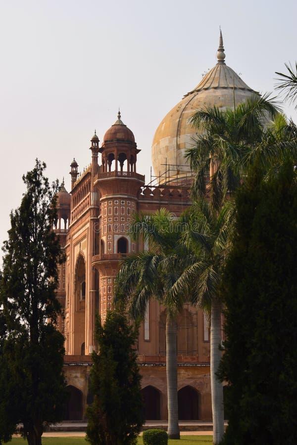 Esterior sidosikt av Safdarjangs gravvalv i den Delhi staden royaltyfria foton