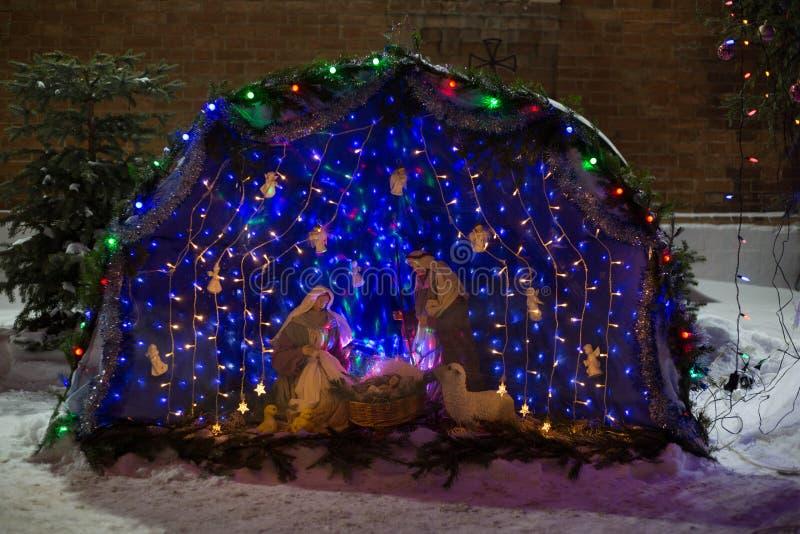 Esterna scena biblica della nascita di Cristo composizione tradizionale delle bambole, illuminata dall'interno fotografia stock