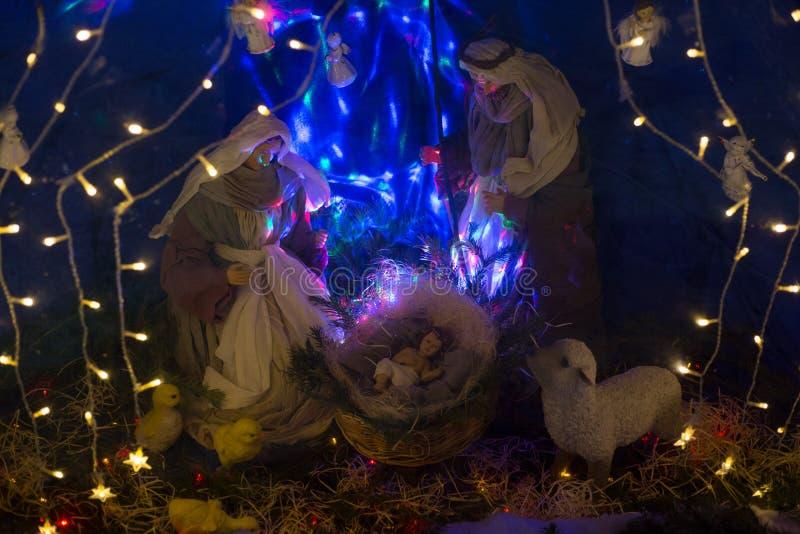 Esterna scena biblica della nascita di Cristo composizione tradizionale delle bambole, illuminata dall'interno immagini stock libere da diritti