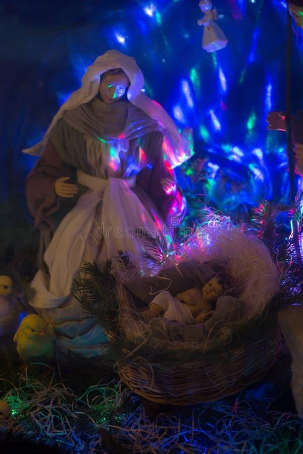 Esterna scena biblica della nascita di Cristo composizione tradizionale delle bambole, illuminata dall'interno immagine stock libera da diritti