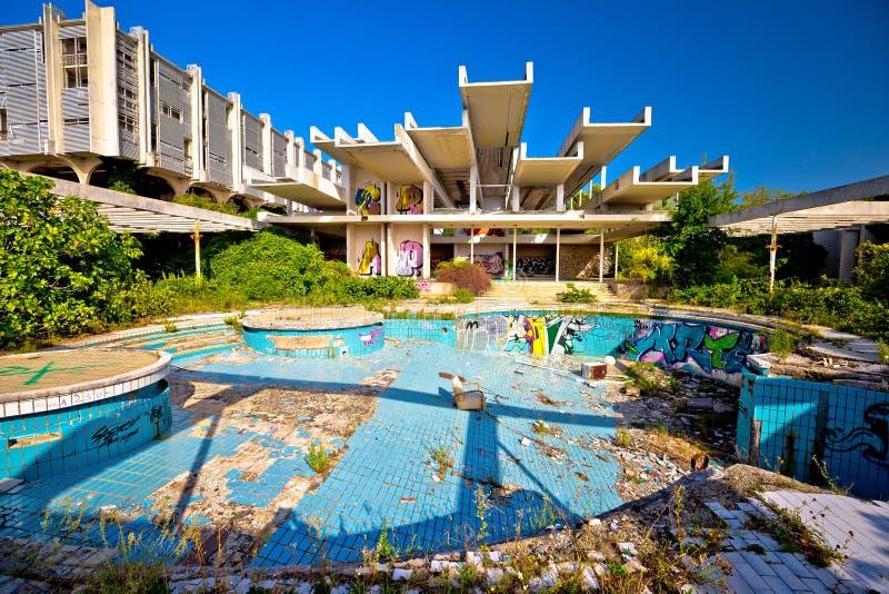Esterno abbandonato e destructed dell'albergo di lusso immagini stock libere da diritti