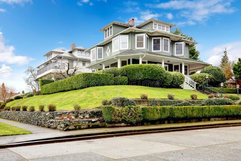 Esterno americano classico della casa del grande artigiano verde di lusso. fotografia stock libera da diritti