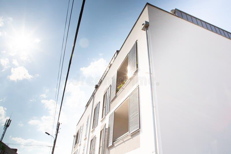 Esterno bianco moderno del bene immobile della facciata della costruzione immagine stock