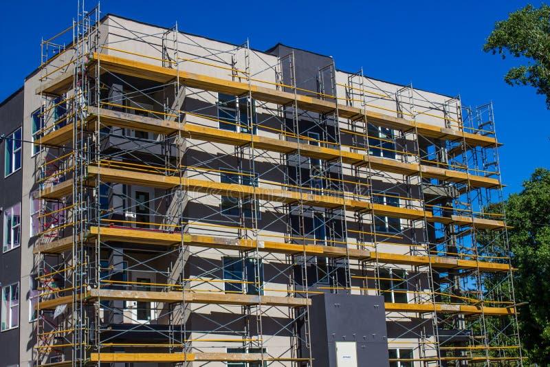 Esterno degli appartamenti senior nuovissimi durante la costruzione fotografia stock libera da diritti