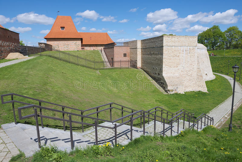 Esterno del bastione di Barbacan di vecchia città di Vilnius, Lituania immagine stock