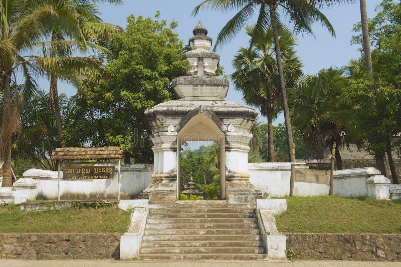 Esterno del portone del tempio di Visounnarath in Luang Prabang, Laos immagine stock libera da diritti