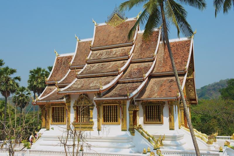 Esterno del tempio buddista di colpo di Pha del biancospino al museo di Royal Palace in Luang Prabang, Laos immagine stock libera da diritti