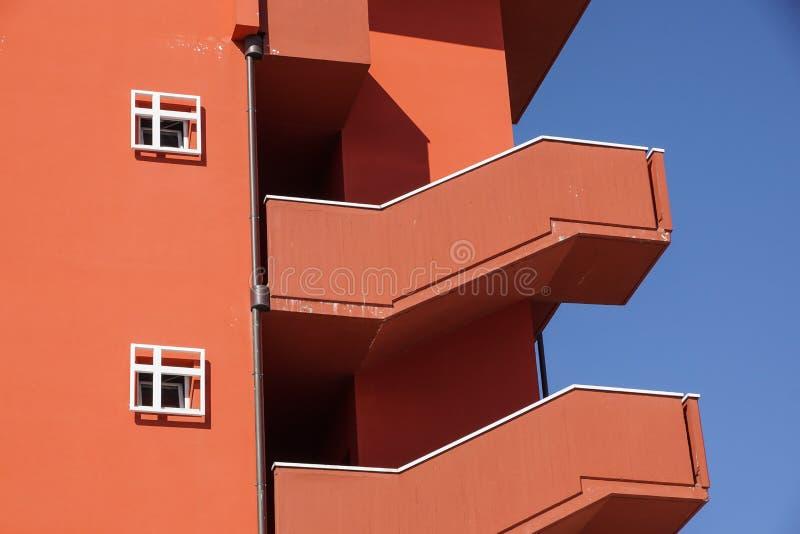 Esterno dell'edificio per uffici con la scala esterna d'acciaio dell'uscita di sicurezza fotografia stock libera da diritti