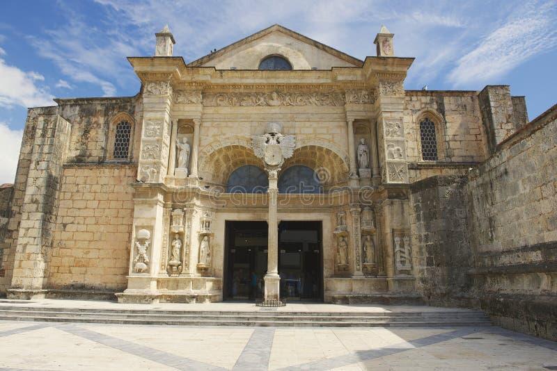 Esterno dell'entrata anteriore alla cattedrale di Santa Maria la Menor in Santo Domingo, Repubblica dominicana immagine stock libera da diritti
