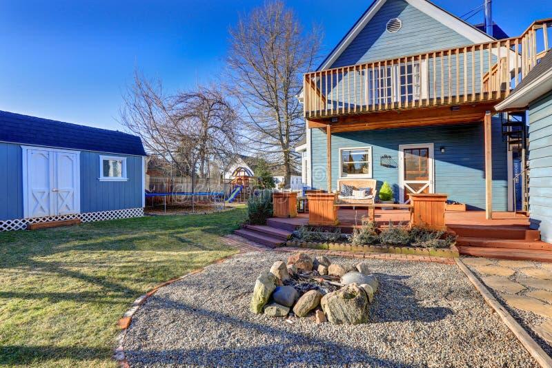 Esterno della casa blu dell'artigiano con il portico posteriore coperto, fuoco p immagini stock libere da diritti