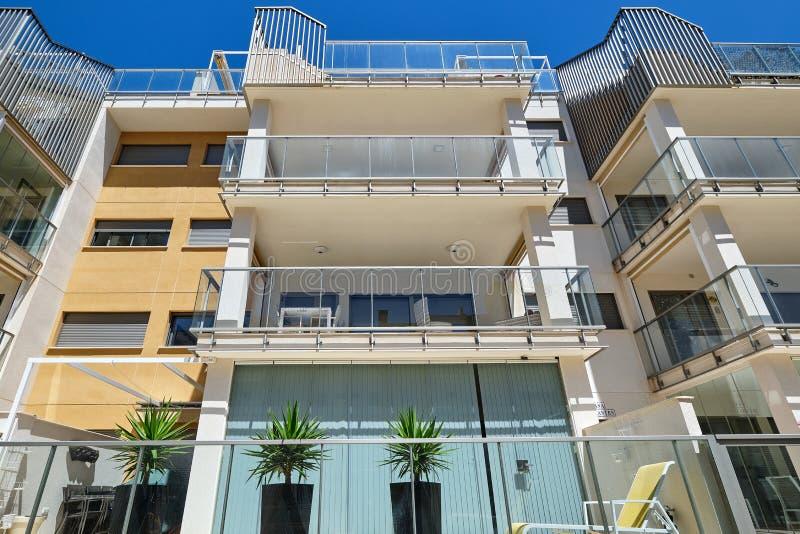 Esterno della casa residenziale multipiana della costruzione nuovo costruita moderna nel distretto di Villamartin fotografie stock libere da diritti