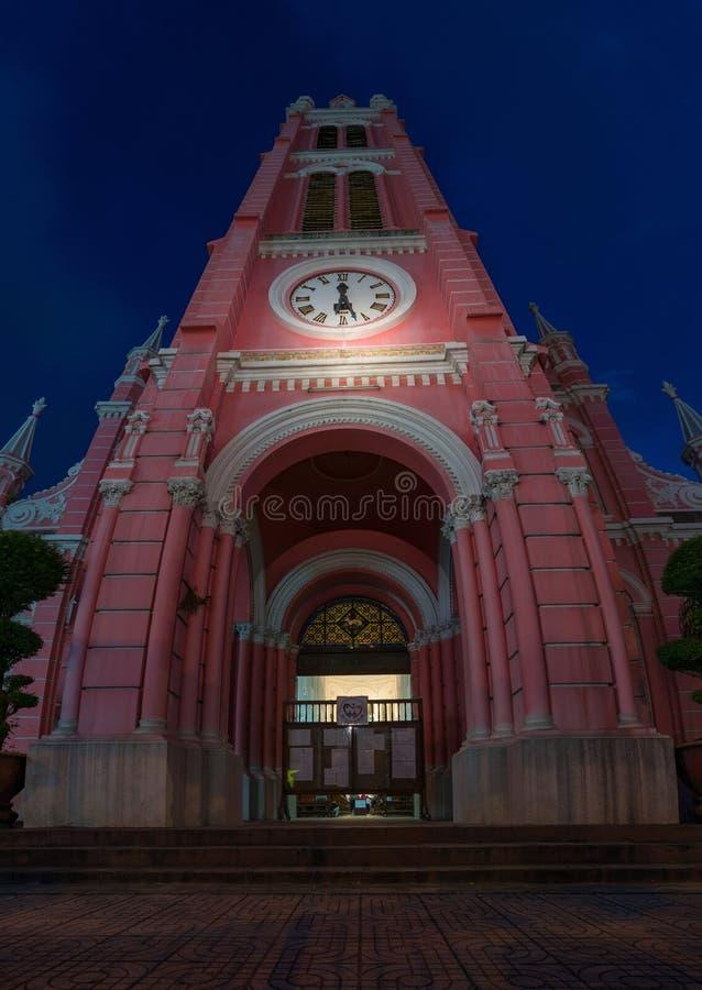Esterno della chiesa di Tan Dinh contro cielo blu profondo sui precedenti fotografia stock libera da diritti