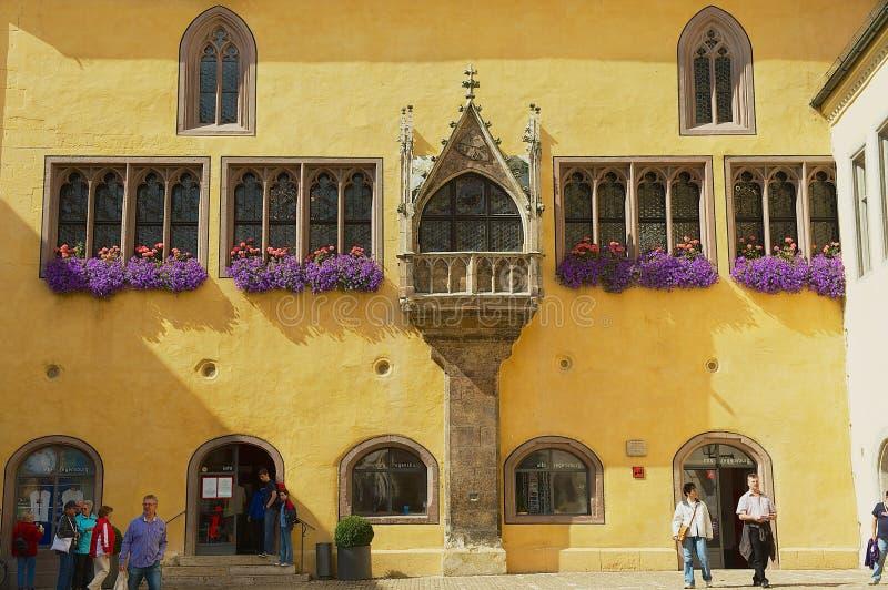 Esterno della costruzione del municipio con le finestre gotiche a Regensburg, Germania fotografia stock libera da diritti