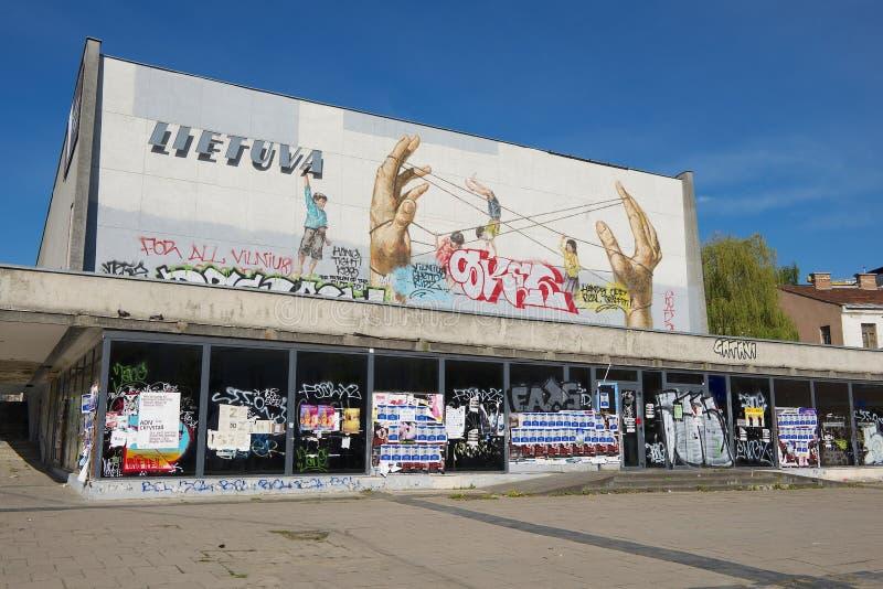 Esterno della costruzione mandata in rovina del cinema di Lietuva a Vilnius, Lituania immagine stock