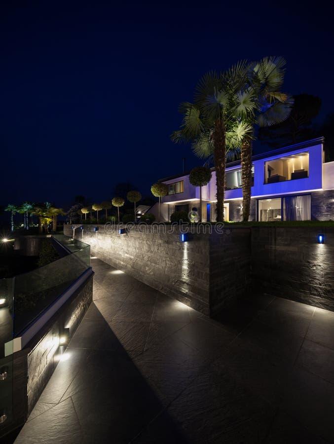 Esterno della villa moderna lussuosa, scena di notte fotografie stock
