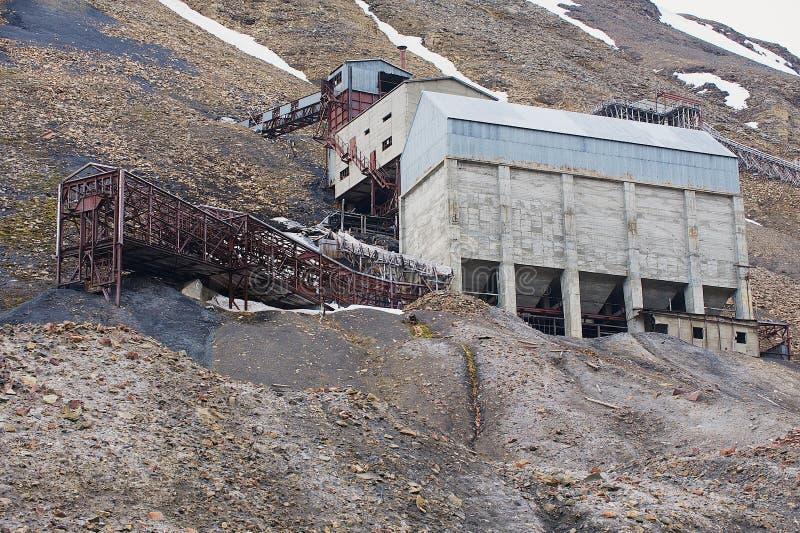 Esterno delle costruzioni artiche abbandonate della miniera di carbone in Longyearbyen, Norvegia fotografie stock