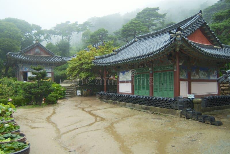 Esterno delle costruzioni del tempio di Jeondeungsa un giorno piovoso a Incheon, Corea immagini stock libere da diritti