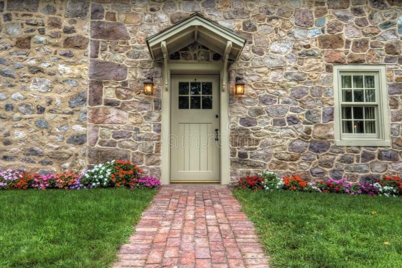 Esterno di bello cottage di pietra fotografia stock