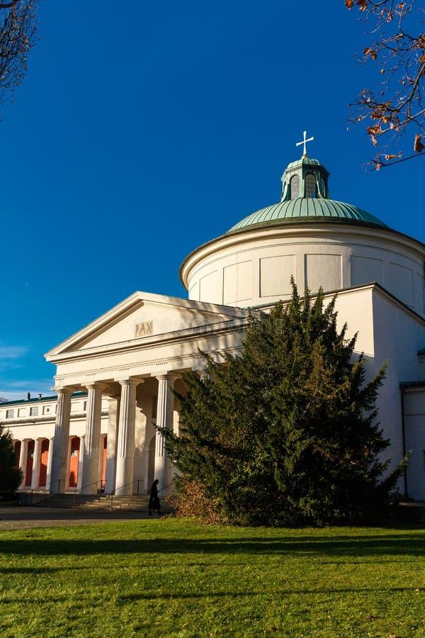 Esterno di costruzione con le colonne e la cupola fotografia stock libera da diritti