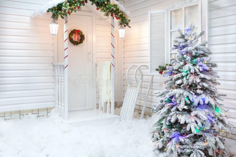 Esterno di inverno di una casa di campagna con le decorazioni di Natale nello stile americano immagine stock
