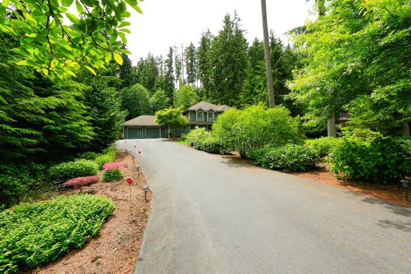 Esterno di lusso della casa della campagna strada privata for Prezzi del garage della carrozza