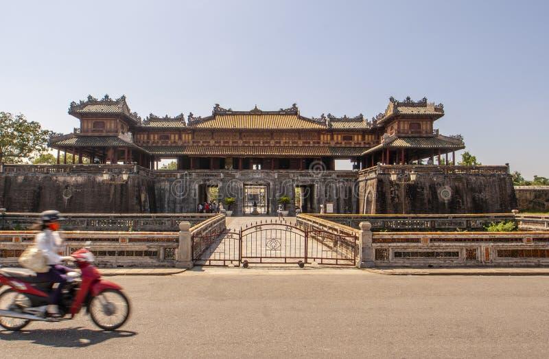 Esterno di Ngo Mon Gate, parte della cittadella nella precedente capitale vietnamita Hué, Vietnam centrale, Vietnam immagine stock