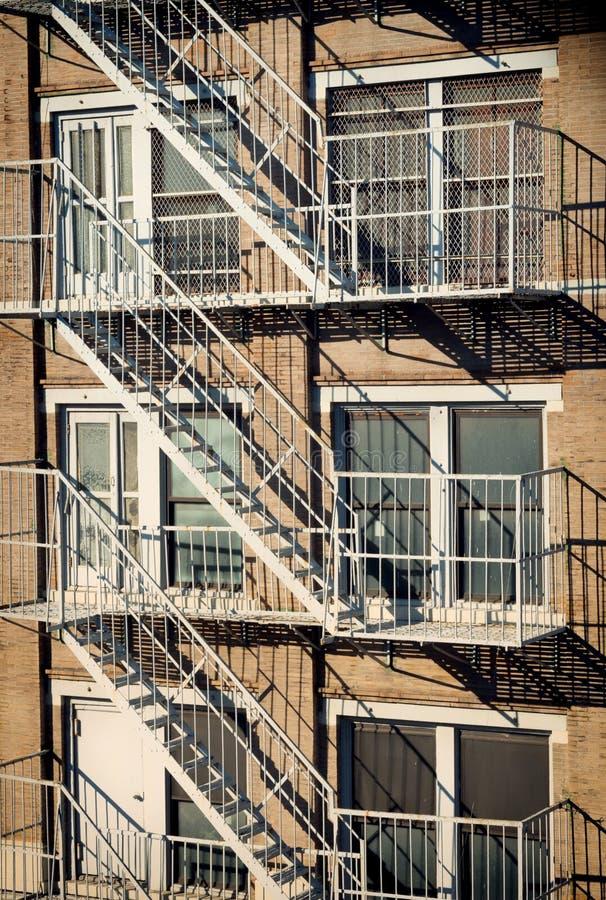 Esterno di una costruzione con la vecchia uscita di sicurezza in New York fotografie stock libere da diritti