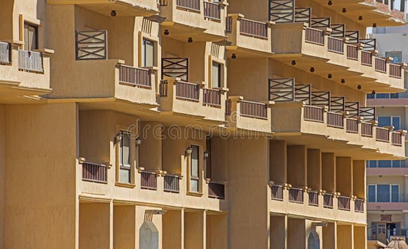 Esterno di una costruzione della palazzina di appartamenti nella località di soggiorno tropicale fotografie stock