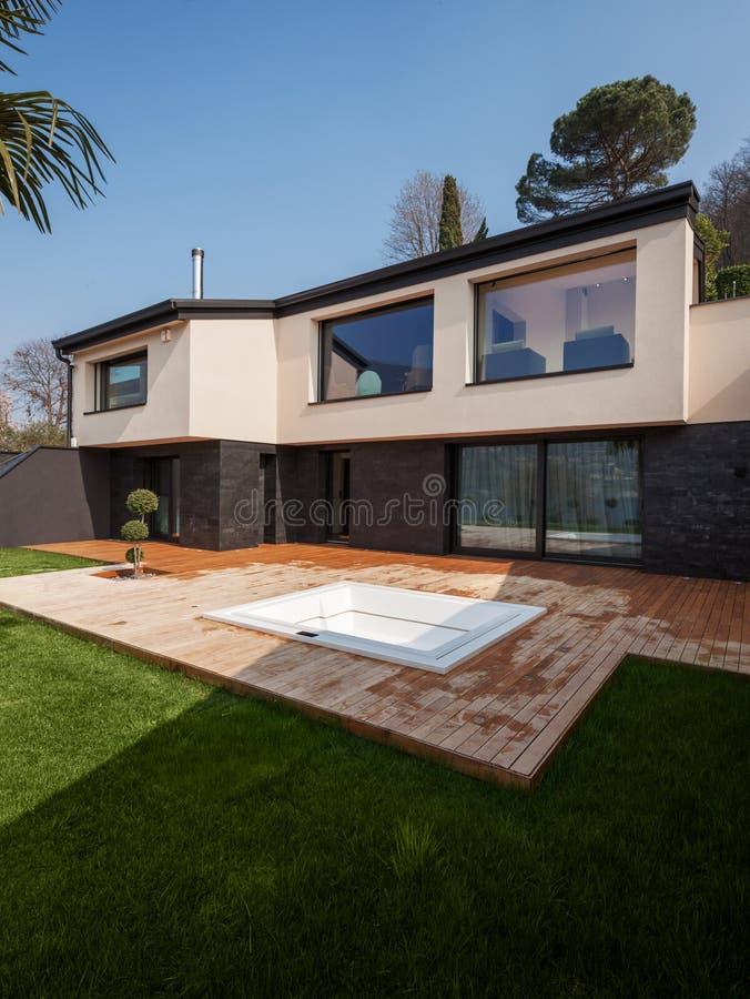 Esterno di una villa moderna, veranda con la vasca fotografie stock libere da diritti