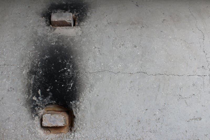 Esterno di vecchio forno concreto con i mattoni refrattari nei fori di sfiato fotografie stock