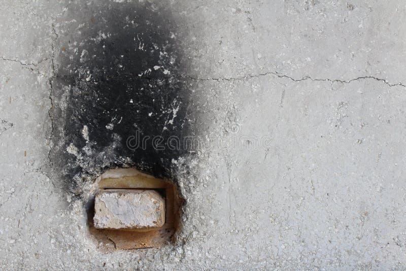 Esterno di vecchio forno concreto con mattone refrattario nel foro di sfiato immagine stock libera da diritti