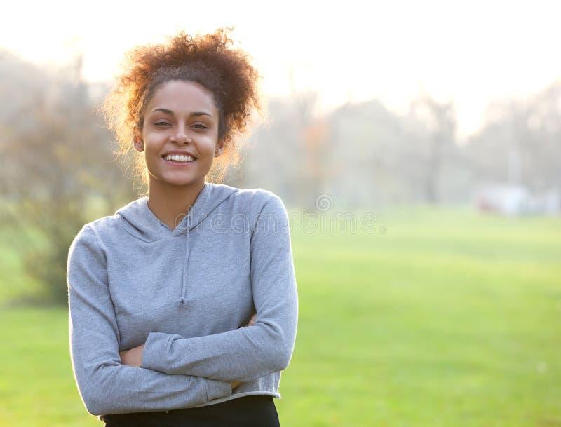 Esterno diritto della giovane donna amichevole immagine stock libera da diritti