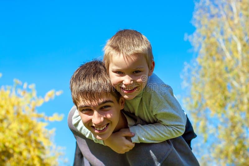 esterno felice dei fratelli fotografia stock