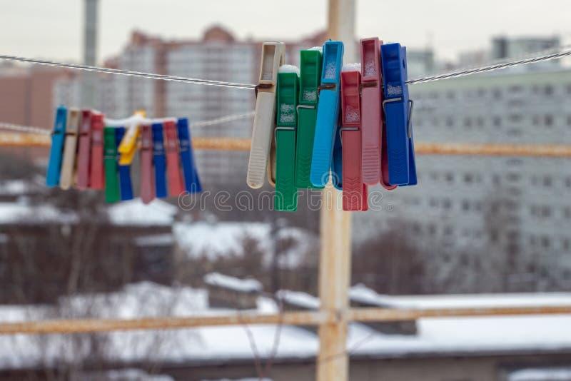 Esterno innevato delle mollette da bucato nell'inverno fotografie stock libere da diritti