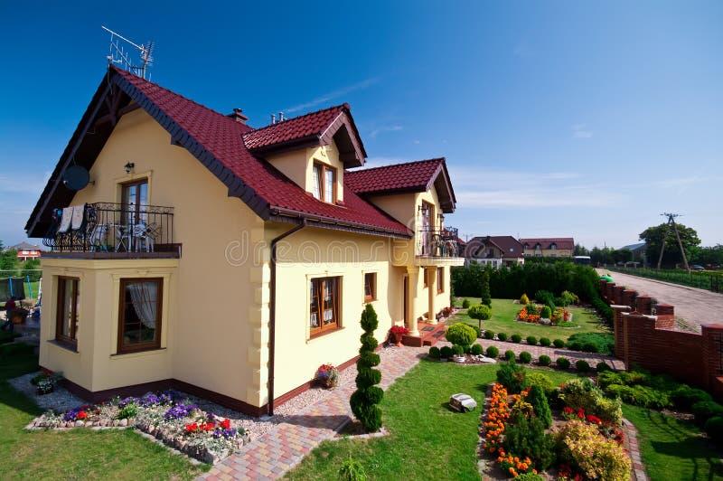 Esterno moderno della casa immagine stock immagine di sbocciare 20448733 - Colorare casa esterno ...