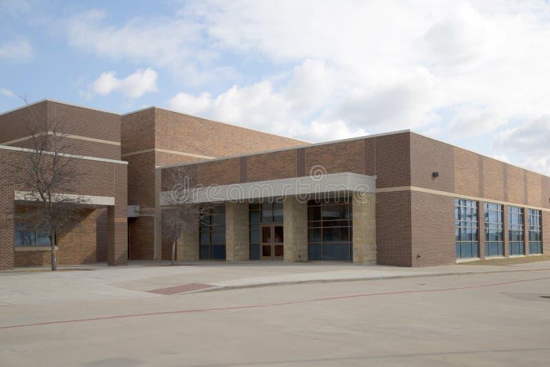 Esterno moderno piacevole della High School fotografia stock libera da diritti