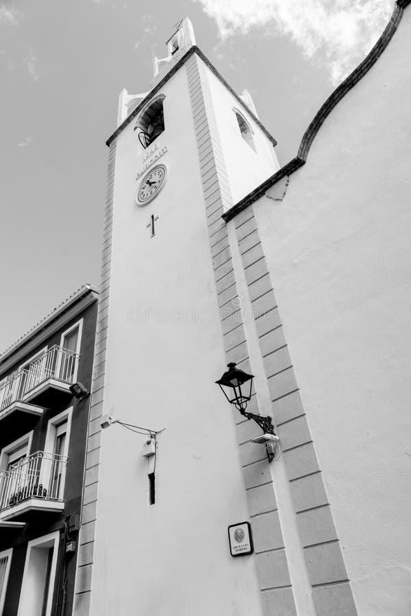 Esterno nel monocromio e nella torre di orologio immagini stock