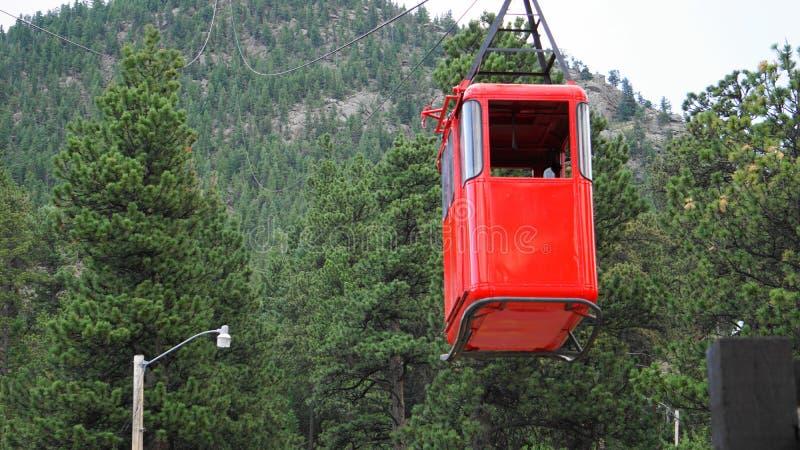 ESTES park, CO, U S A, LIPIEC 8, 2018 - Czerwony funicular nadchodzący puszek góra ładować turystów na tramwaju fotografia stock