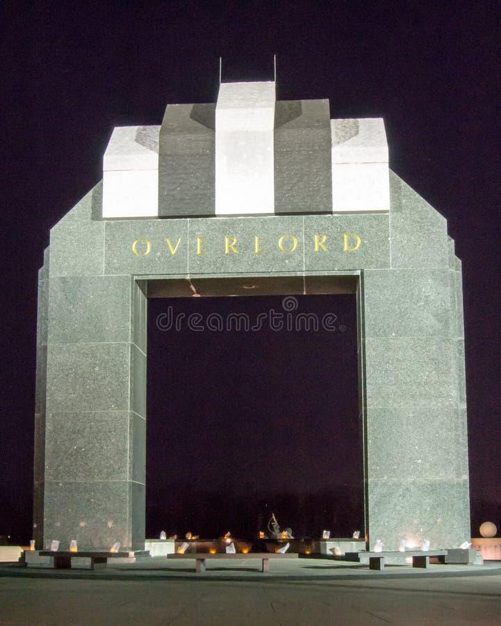 Estes Plaza y el arco del Overlord - monumento nacional del día D imagenes de archivo