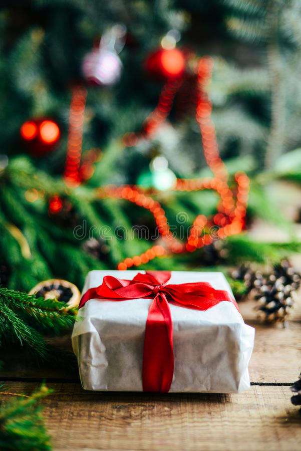 Estesa serie di colpi di festa con vari puntelli ed ambiti di provenienza Lotti di copyspace per gli annunci Regali di Natale su  fotografia stock