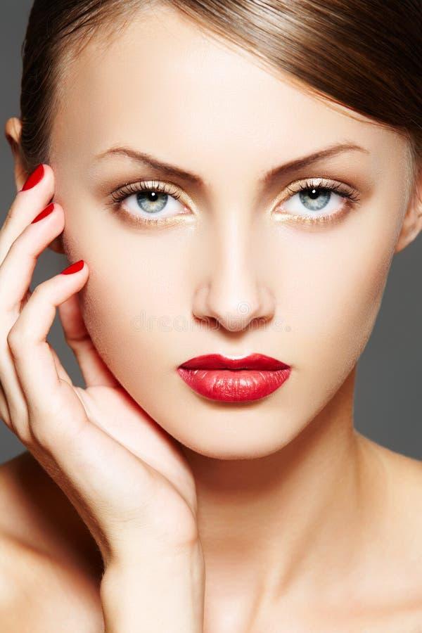 Estetica. Modello di lusso della donna con trucco di fascino fotografie stock libere da diritti