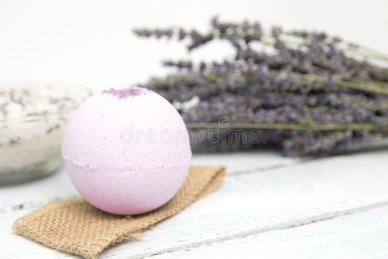 Estetiche naturali Bombe fatte a mano del bagno della lavanda e fiori della lavanda sulle plance di legno bianche immagini stock