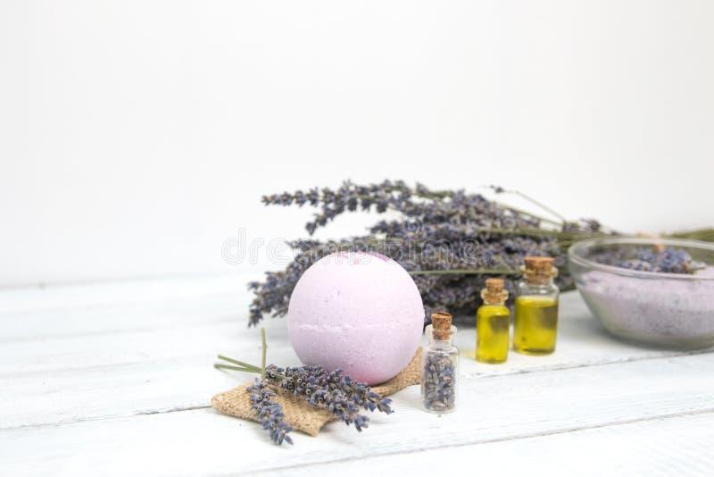 Estetiche naturali Bombe fatte a mano del bagno della lavanda e fiori della lavanda sulle plance di legno bianche fotografia stock libera da diritti
