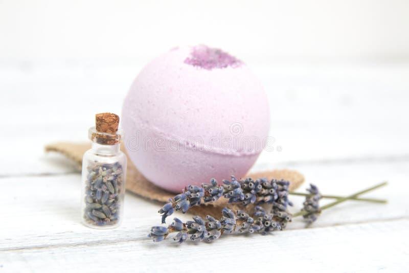Estetiche naturali Bombe fatte a mano del bagno della lavanda e fiori della lavanda sulle plance di legno bianche immagine stock libera da diritti