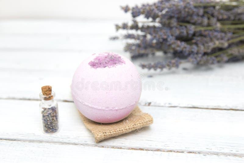 Estetiche naturali Bombe fatte a mano del bagno della lavanda e fiori della lavanda sulle plance di legno bianche fotografie stock