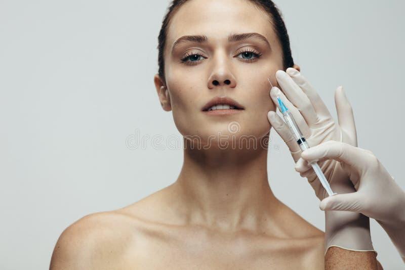 Estetisk behandling för anti-skrynklor på framsida royaltyfria bilder