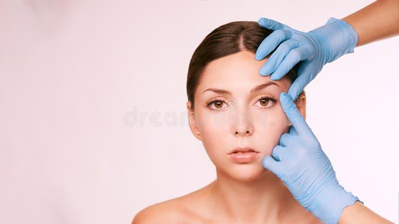 Estetisk hudkonsultation Patient- och doktorshandskar Cosmetologybehandling royaltyfri foto