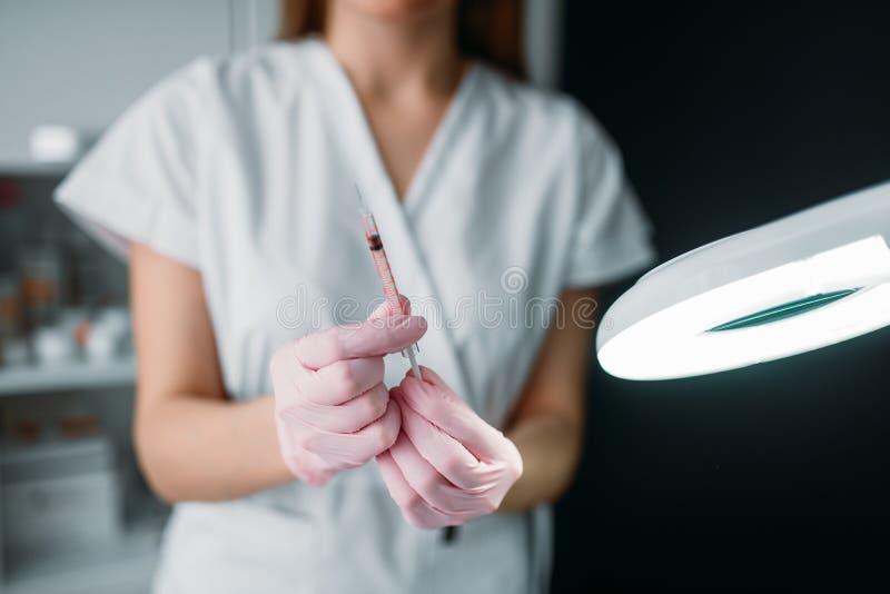 Estetista con la siringa in mani, iniezione del botox immagini stock libere da diritti
