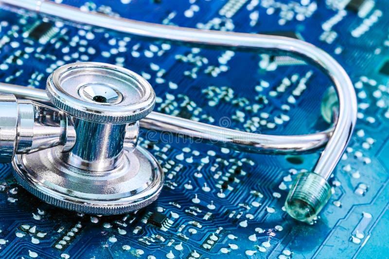 Estetoscópio da saúde e da tecnologia na placa de circuito fotografia de stock