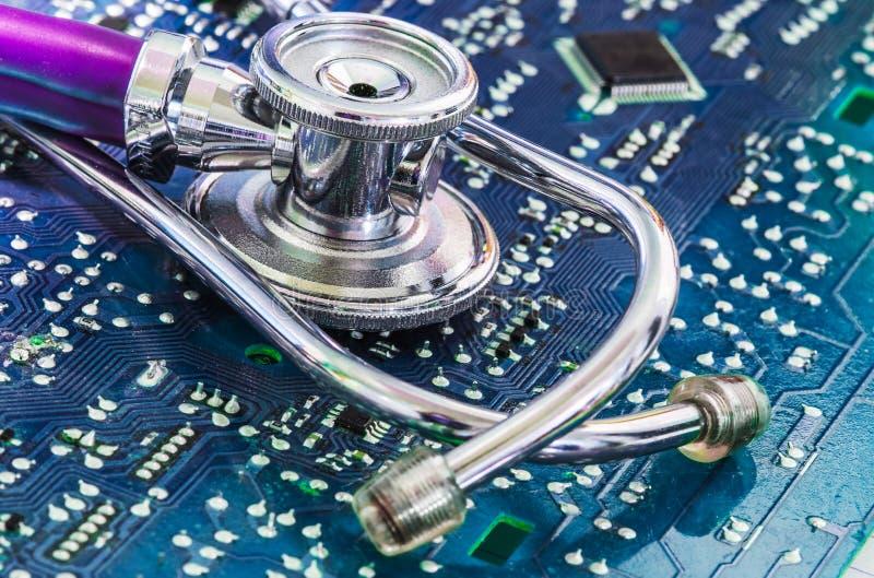 Estetoscópio da saúde e da tecnologia na placa de circuito fotos de stock
